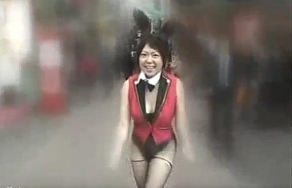 ボディペイントバニーガール衣装で過激な街中露出撮影
