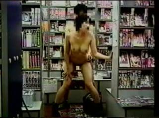 個人撮影 変態カップルがアダルトショップで全裸露出セックス 動画