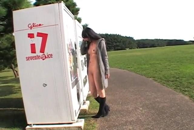 個人撮影 ハダカのディーバ 伊織 公園の自販機前で裸コートの露出