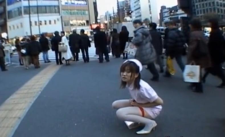 ナース服の女の子が街中で公開放尿