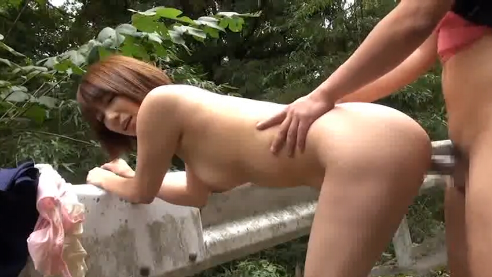 山道で開放的な青姦露出セックスに励む女の子