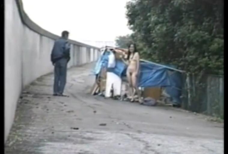 個人撮影 ホームレスのおじさんの前で全裸露出をする変態素人女さん