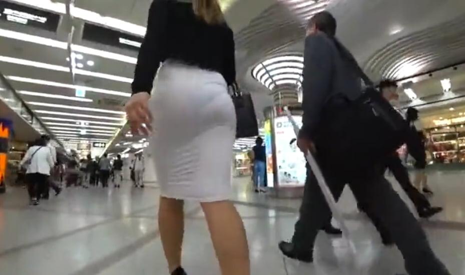 ぴちぴちの透けたスカートで駅を闊歩する露出女性 動画