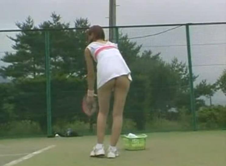 ノーパン超ミニスカでテニス練習をする女の子