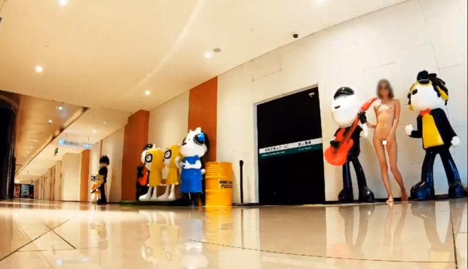 北京天使DensTinon Ariel デパート内で人形の陰に隠れて全裸露出