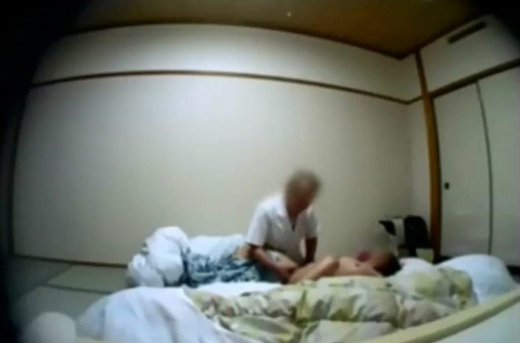個人撮影 up see dage NAO マッサージ露出4 全裸でマッサージ受けてたら我慢できなくなったおじさんが…