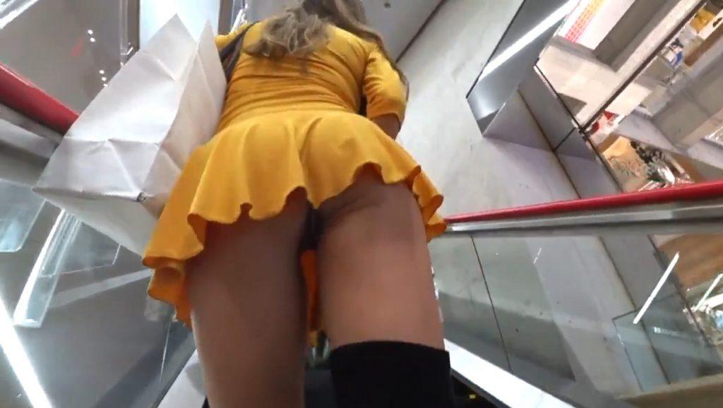 個人撮影 超ミニスカに極小Iバックの美人彼女とデパート店内で露出撮影