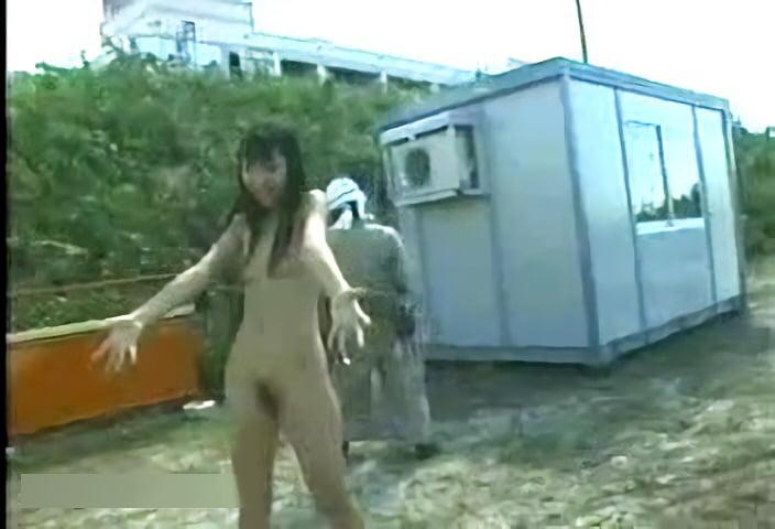 現場のお兄さん達の後ろで恥ずかしそうに全裸露出撮影し最後は記念に全裸で握手する女の子