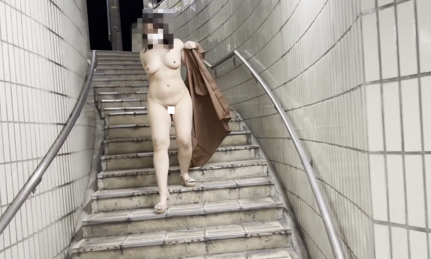 個人撮影 夜の地下道で裸コートで露出する変態素人熟女