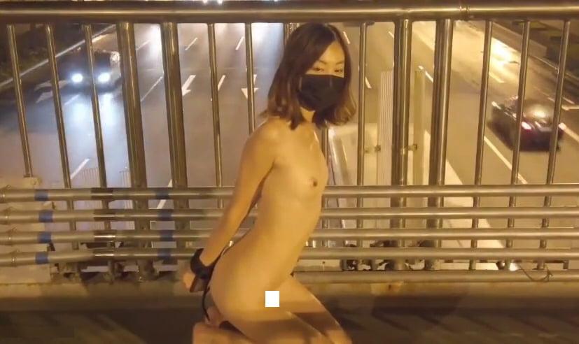 北京天使DensTinon Ariel 交通量の多い歩道橋の上で全裸後ろ手拘束の露出調教 動画
