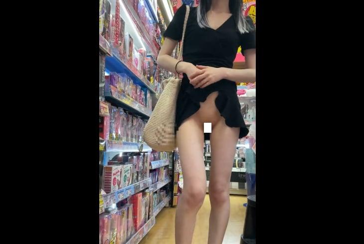 個人撮影 ノーパン超ミニワンピで羞恥露出させられる細身美脚の素人彼女 動画