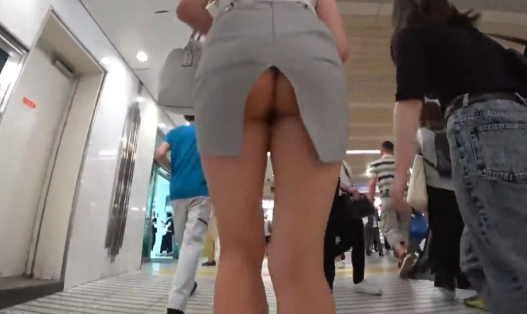 ノーパンお尻丸見えの超変態スカートで駅を闊歩し電車にも乗っちゃう露出女性 動画