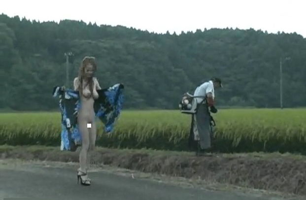 個人撮影 ゲリラ露出 ゆい☆ 見知らぬおじさんの後ろでパレオをはだけ路上全裸露出 動画