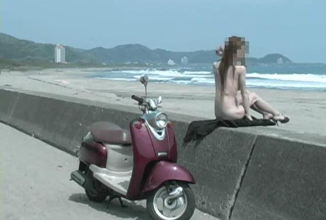 個人撮影 ゲリラ露出 ゆい☆ 海辺で全裸でバイクに跨り開放的な露出撮影 動画