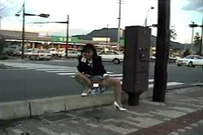 どこでもお構いなしに露出放尿しちゃう真正変態女さんの過激露出撮影 動画