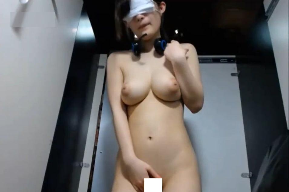 個人撮影 ネカフェの個室で全裸目隠しオナニー露出配信する色白美乳の素人女の子 動画